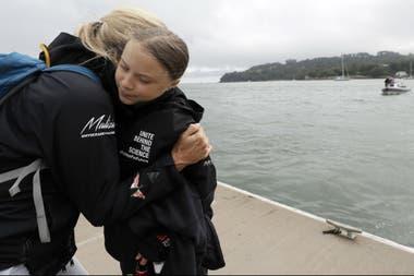 Greta Thunberg recibe un abrazo antes de zarpar