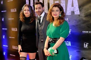 Erica Rivas junto a su hija y Grego Roselló