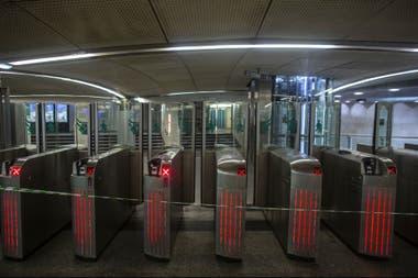 Una cinta evita que las personas ingresen a una estación de metro en París, el lunes 9 de diciembre de 2019