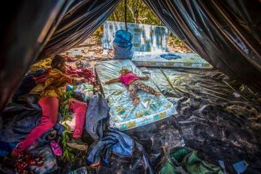 El interior de una vivienda de una familia wichi, en el norte salteño