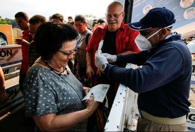 Un empleado de migraciones de Venezuela controla la documentación en la frontera con Colombia