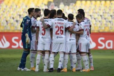 Los jugadores de Flamengo, en la última arenga previa al comienzo de su partido frente a Barcelona, de Ecuador, en Guayaquil.