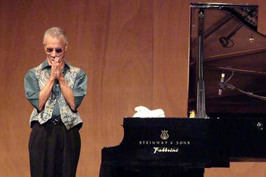 """En esta foto de archivo tomada el 19 de julio de 2006, Jarrett aplaude a sus fans al final de un concierto de jazz """"Piano solo"""" en el teatro La Fenice de Venecia como parte del evento Veneto Jazz 2006; la relación con su público es fundamental para el músico"""