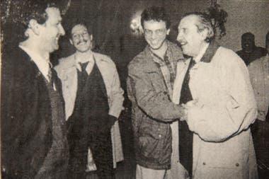Con el expresidente Raúl Alfonsín, Nik y Carlos Ladavaz en la comida de despedida de un colaborador de LA NACION