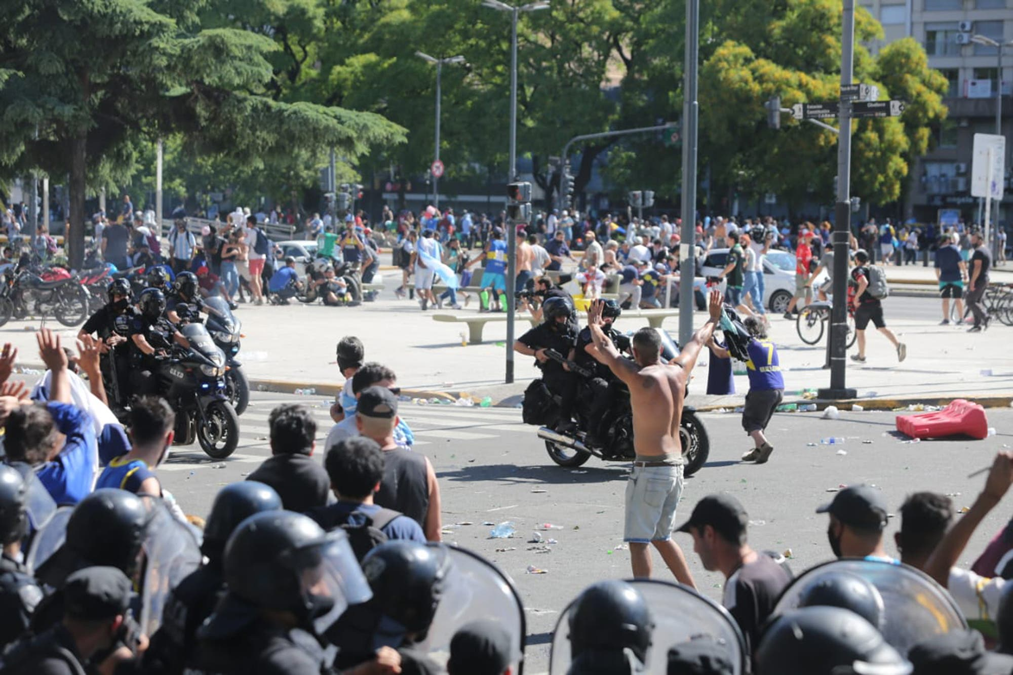 La muerte de Maradona. Cinco fuerzas no pudieron evitar la postal de incidentes