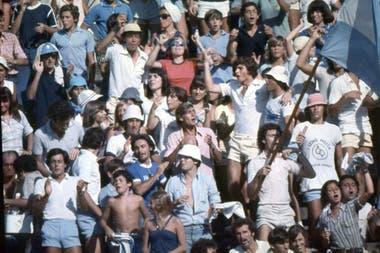 Batata Clerc llevando la bandera (y la batuta) en una serie de Copa Davis en el Buenos Aires Lawn Tennis.