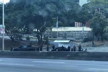 Los efectivos venezolanos que rodean esta mañana la casa de Guaidó
