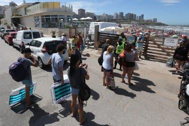 Carteles de playas completas cuando superan la capacidad y no dejan ingresar a más personas en Playa grande