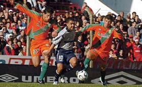 El goleador en acción: Montenegro se lleva la pelota entre Esteban y Galarza; el atacante de Independiente tuvo dos precisas definiciones en los penales