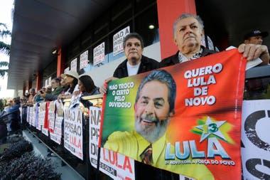 Los seguidores de Lula están apostados en la puerta del sindicato de metalurgicos en apoyo al expresidente