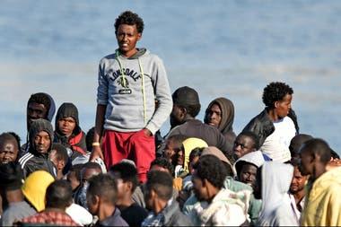 Migrantes esperan a desembarcar en Sicilia