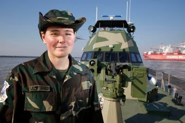 La subprefecta Lorena Franceschi, en su embarcación