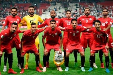 El histórico equipo que saltó al campo para el primer partido de Yemen en la Copa Asiática, en Abu Dhabi