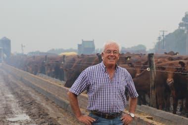 Carlos Monvale; detrás el feedlot para engordar novillos