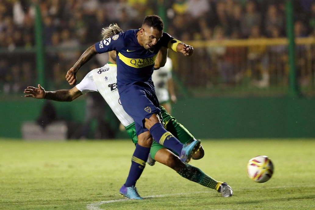 Carlos Tevez siempre peleando por tener su lugar en el ataque xeneize 6889c823ad0c1