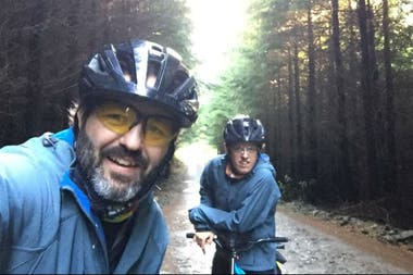 Juan y Santiago Zemborain cruzaron la Cordillera de los Andes en la misma bicicleta.