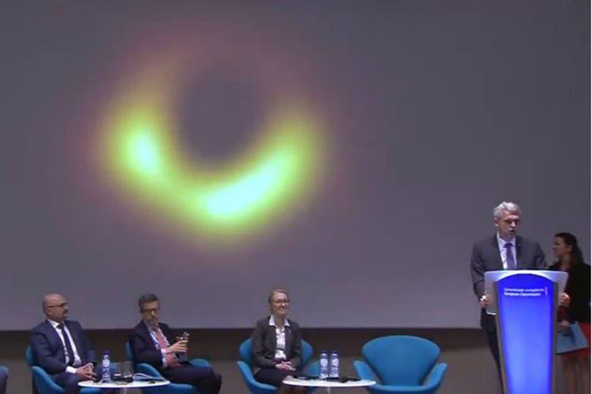 El agujero negro se ve delineado por un anillo brillante, que corresponde a gas supercalentado que cae en el pozo gravitacional y emite radiación