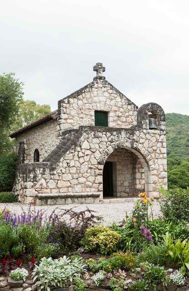 La capilla realizada en piedra caliza local, en 1927, puede visitarse en Potrerrillo de Larreta.