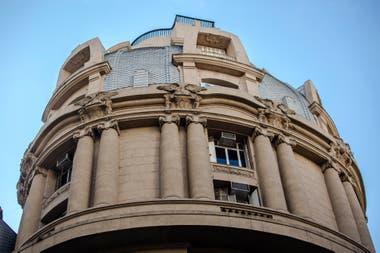 San Martín 201. Una diseñadora adquirió la cúpula del edificio situado en la esquina con Perón, antes utilizado como oficinas del Ferrocarril Central de Córdoba, para montar su estudio y una galería de arte.