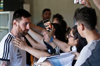 El saludo de los hinchas con Lionel Messi, en la salida del equipo hacia Belo Horizonte