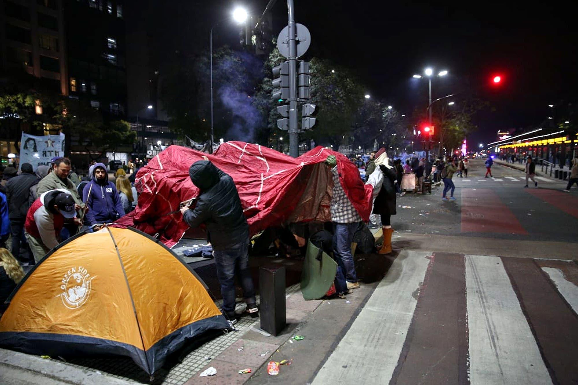 Corte en la 9 de Julio: manifestantes instalan carpas y gazebos sobre la avenida
