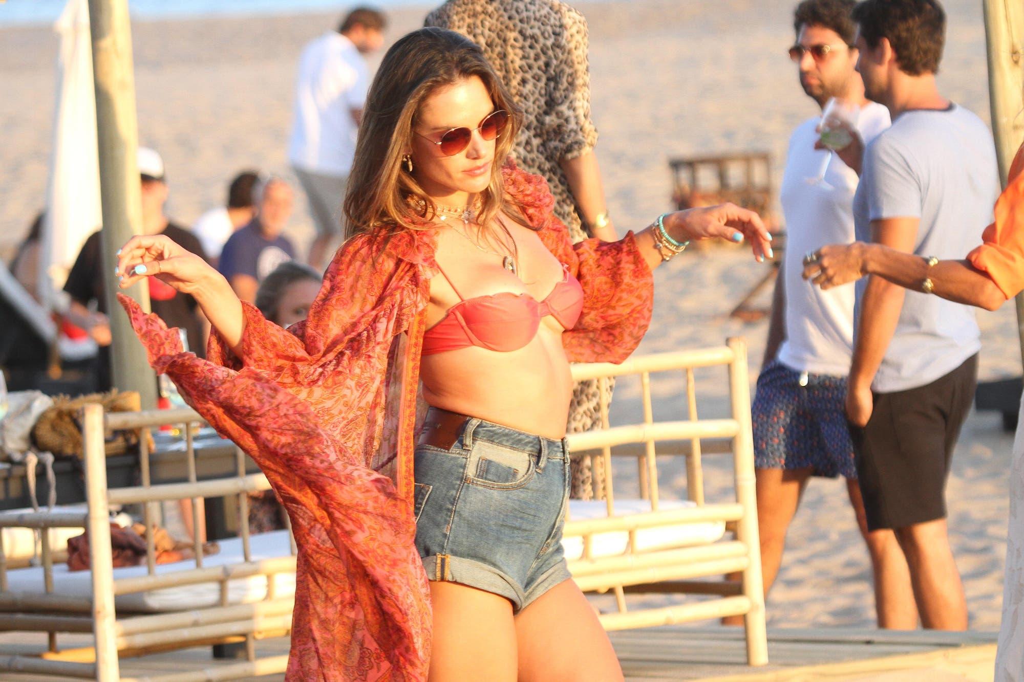 Punta del Este: la top model brasileña Alessandra Ambrosio disfruta de la costa uruguaya