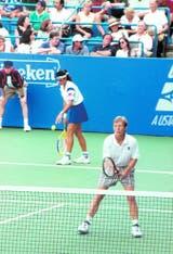 29) En el Abierto de los Estados Unidos de 1995, dos leyendas, Sabatini y Martina Navratilova, jugando dobles juntas.