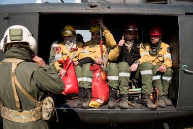 Tres aviones hidrantes, un avión vigía y tres helicópteros trabajaban este viernes en la zona del delta