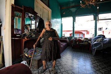 Rose Ghoulam, de 90 años, en su casa dañada en el barrio de Gemmayze en Beirut, Líbano