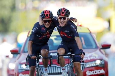Michal Kwiatkowski y Richard Carapaz llegaron juntos a la meta de la etapa 18