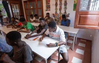 Migrantes recién llegados asisten a una clase de español en uno de los centros de acogida 7 en Gran Canaria, en las Islas Canarias españolas el 15 de septiembre de 2020
