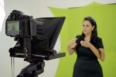 Bertan se vale de videos para enseñar contenidos a chicos con discapacidad auditiva
