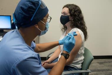 Voluntarios durante las pruebas de vacuna del coronavirus de Moderna mRNA-1273 (COVE), en Detroit, Michigan