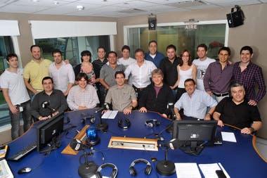 Enrique Sacco y el equipo periodístico de La Oral, hace unos años