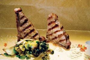 Costillitas de cerdo con revuelto de zapallitos y parmesano