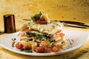 Torre de crepes con tomate y albahaca